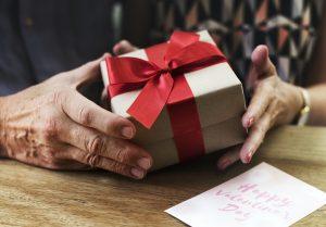 """Oplevelsesgaver med fart over feltet Vil du gerne give en gave til en mand eller kvinde, som kan lide action og fart over feltet? Så kan du købe et gavekort til en spændende oplevelse. Hvorfor give en oplevelsesgave? Der findes et stort udvalg af Oplevelsesgaver, som du kan forære til en mand eller en kvinde, du holder af. Det kan være, at personen """"har alt"""", og det er svært at finde en fysisk gave til personen. Det kan også være, at personen værdsætter gode, sjove og spændende oplevelser, og i så fald er et gavekort til en oplevelse den perfekte gave at få. Ferrari- og Lambourghini-kørsel Forær et gavekort til den ultimative fartoplevelse. Her får modtageren af oplevelsesgaven mulighed for at sætte sig ind i en Ferrari, Lamborghini eller Porsche og køre i en af disse luksusbiler på landevej og motorvej eller på kørebane. Der følger en erfaren instruktør med, så oplevelsen bliver både fuld af fart og spænding - men samtidig tryg. Gokart-ræs på bane En anden fartoplevelse på fire hjul er gokart-ræs hos Racehall. Her kan man indløse gavekort til 30 minutters gokart-ræs på bane. En glimrende mulighed for at trykke speederen i bund og give alle andre på banen baghjul. Spring i faldskærm Du kan give et faldskærmsudspring som oplevelsesgave. Her vil gavemodtageren både opleve adrenalin-suset, når han eller hun laver et tandemspring eller solospring. Samtidig er det en helt unik oplevelse at få mulighed for at svæve henover landskabet. Det kræver lidt mod at gøre det, men hvis man kan lide action og fart over feltet, så er det lige sagen. Prøv at være pilot For nogle er det en drøm fra barnsben at blive pilot. Andre er vilde med at flyve som turister, fordi det giver et helt særligt sug i maven, både ved take off, og når man svæver rundt i luften. Er gavemodtageren særligt glad for at flyve, så kan du fx forære en oplevelsesgave, hvor han eller hun bliver pilot for en dag. Oplevelsen begynder med basal teori om at flyve og derefter følger 35 minutter i luften som pilot. At"""